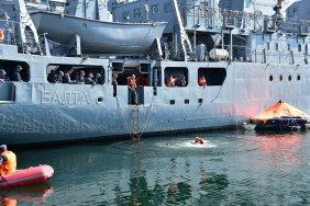 В Одесі військові моряки відпрацьовували бойову евакуацію аварійного корабля